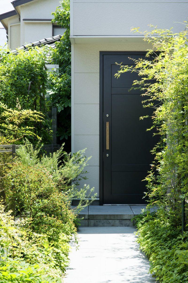 玄関と緑の小径